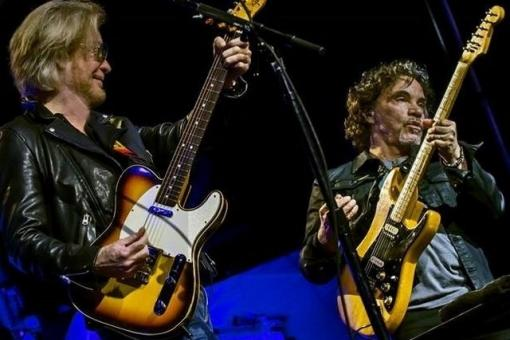 hall and oates live on stage
